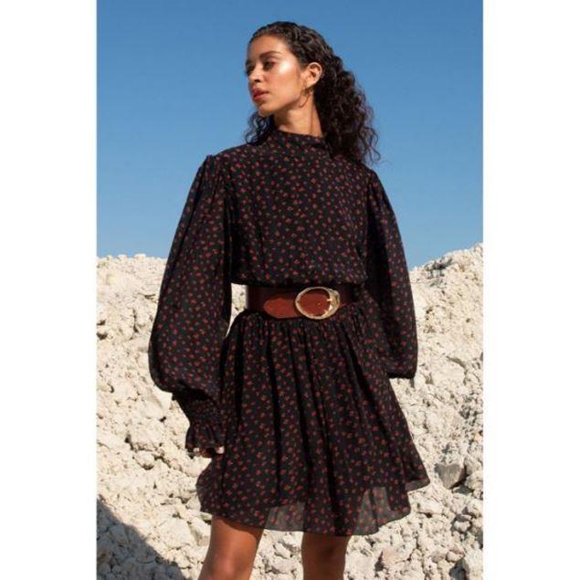 الصورة: فستان قصير بياقة عالية وأكمام بالون