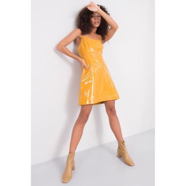الصورة: فستان من الجلد اللامع