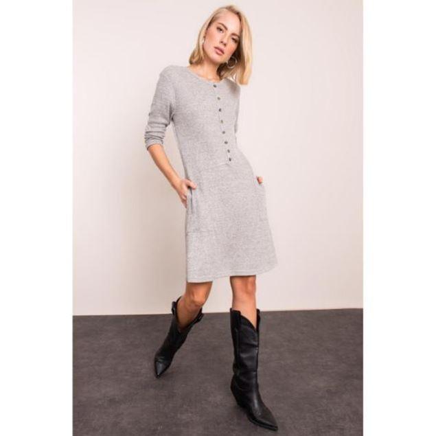 الصورة: فستان قصير بياقة مستديرة وأزرار
