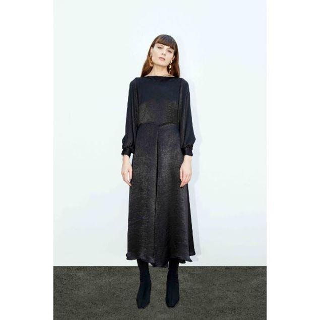 الصورة: فستان طويل بأكمام طويلة فضفاضة
