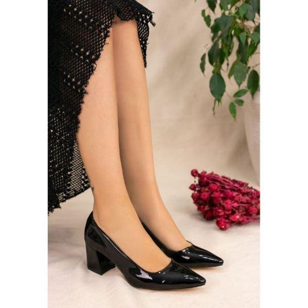 الصورة: حذاء بكعب عالي